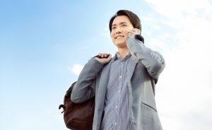 かばんを持つ男性