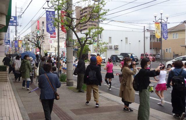 パレードとともに動く集団